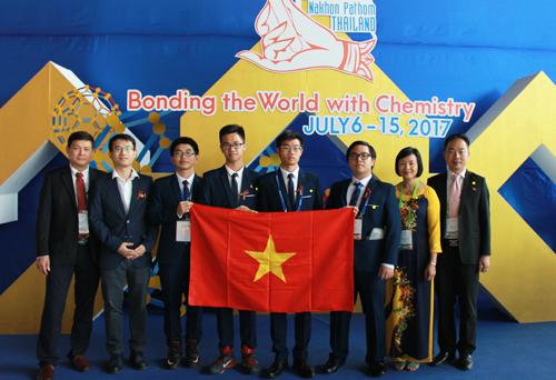 Đinh Quang Hiếu (thứ 4 từ phải sang) trong lần thứ hai giành huy chương vàng ở đấu trường Olympic Hóa học quốc tế. Ảnh: NVCC