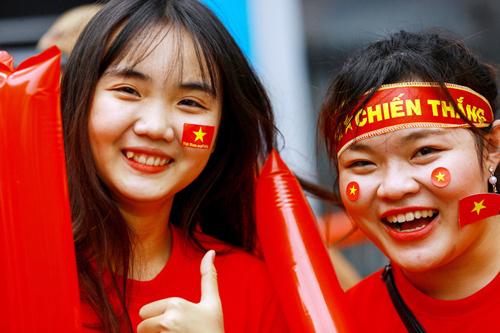 Các cổ động viên TP HCM đang háo hức chờ đợi buổi giao lưu với các tuyển thủ U23 Việt Nam. Ảnh: Nguyễn Thành.