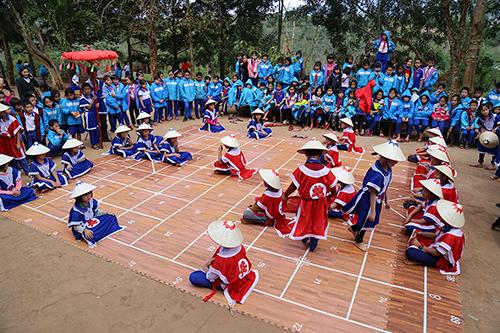 Khôi phục môn thể thao cờ người giúp các tiết ngoại khoá của trường Tiểu học Hướng Phùng thêm mới mẻ, quyến rũ. Ảnh: Hoàng Táo