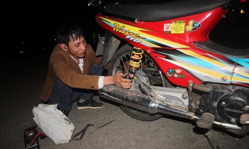 Nam thanh niên vá xe miễn phí trong đêm