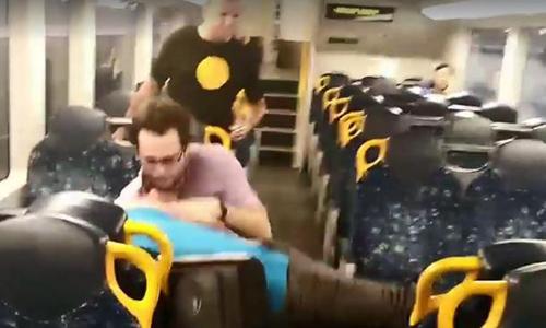 Hai người đàn ông Australia kết thúc ẩu đả bằng những cái ôm