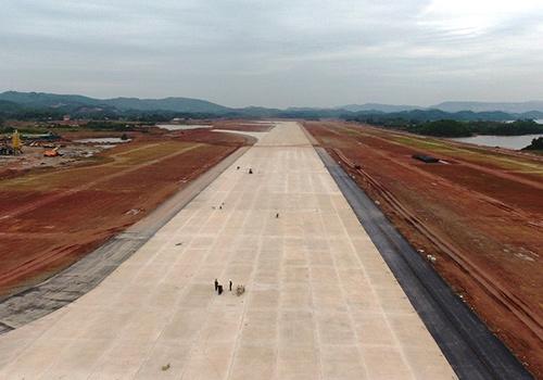 Đường băng sân bay Vân Đồn đang được hoàn thiện. Ảnh: Minh Cương