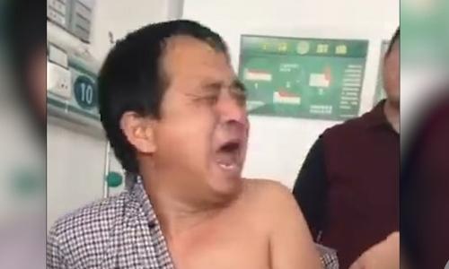 Người đàn ông Trung Quốc liên tục la hét vì sợ kim tiêm