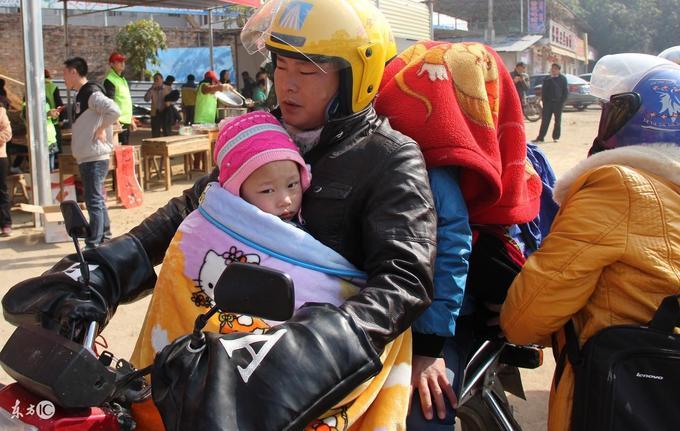 Những đứa trẻ vượt hàng trăm km trên xe máy về quê ăn Tết trong giá lạnh