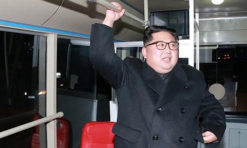 Vợ chồng Kim Jong-un đi thử xe buýt điện vào nửa đêm