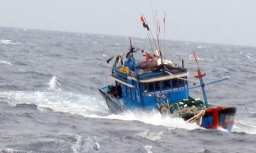 Phát hiện tàu cá không người lái trôi dạt trên biển