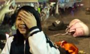Cổ động viên rơi giày dép, điện thoại khi chạy theo chào cầu thủ