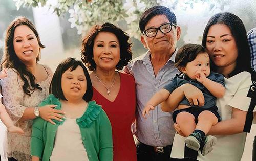 Gia đình bà Helen Huỳnh trước khi bà bị chẩn đoán mắc ung thư máu. Ảnh:Nextshark