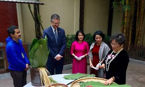 Đại sứ Mỹ lần đầu gói bánh chưng đón Tết