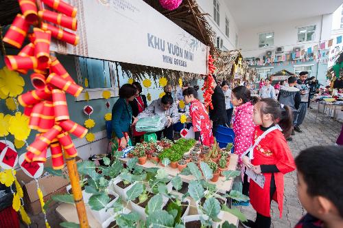 Học sinh BVIS Hà Nội học cách bảo vệ môi trường qua chợ xuân - 1