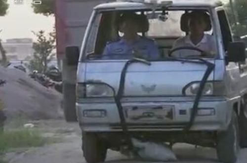 Cảnh sát cho nghi phạm thực hiện lại hiện trường vụ tai nạn.