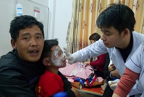Bác sĩ kiểm tra vết thương cho bệnh nhân. Ảnh: Đức Hùng
