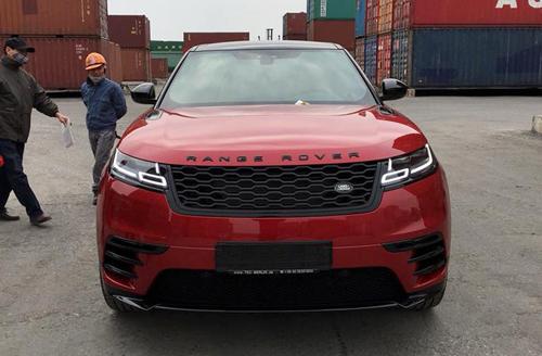 SUV hạng sang Range Rover Velar 2018 màu đỏ tại cảng Hải Phòng.