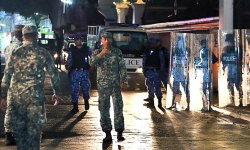 Lực lượng an ninh Maldives tuần tra trên đường phố thủ đô Male hôm 5/2. Ảnh: AP.