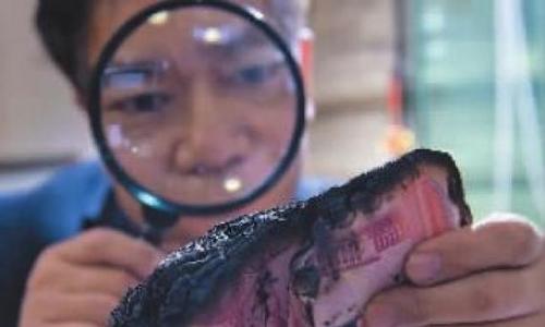 """""""Nhà ảo thuật"""" chuyên kiểm đếm tiền hỏng ở ngân hàng Trung Quốc"""
