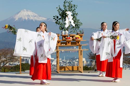 Thần đạo là tôn giáo của dân tộc Nhật Bản. Ảnh: Emaze