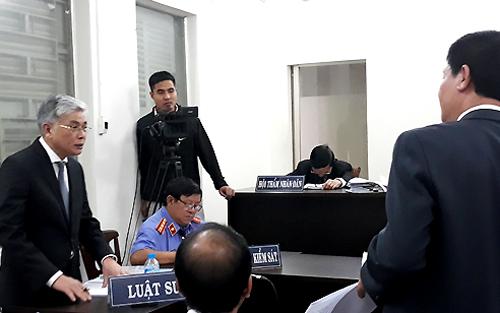 Các bên tranh chấp đặt câu hỏi cho nhau tại tòa. Ảnh: Hải Duyên.