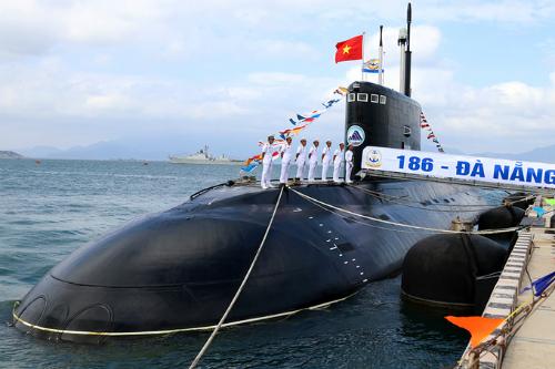 Tàu ngầm Kilo trong lễ thượng cờ năm 2017. Ảnh: Xuân Ngọc