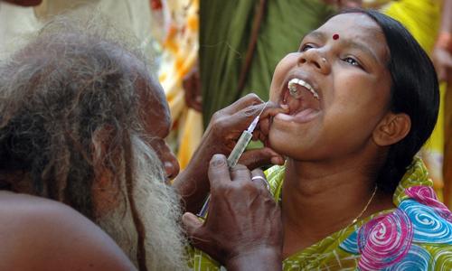Nhiều thầy lang dạo không có chứng chỉ hành nghề thường hoạt động ở vùng nông thôn Ấn Độ, nơi hệ thống y tế còn yếu kém và người nghèo không đủ tiền đi bệnh viện. Ảnh: Reuters.