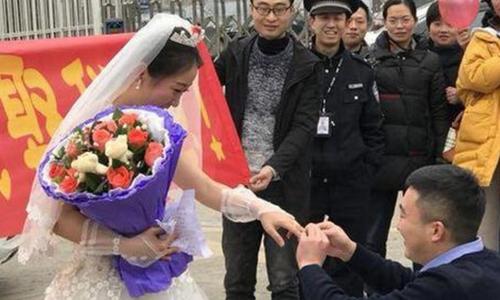 Cô giáo Trung Quốc vượt hơn 400 km cầu hôn bạn trai