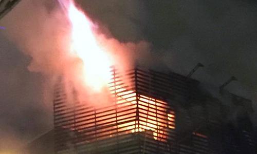 Cảnh sát phá tường dập tắt đám cháy căn nhà ở Hà Nội