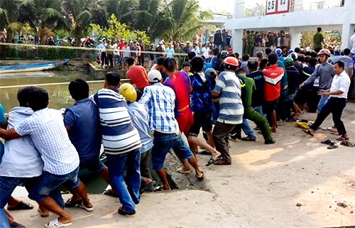 Hàng trăm người cùng kéo nắp cống thủy lợi, giải cứu nạn nhân bị kẹt. Ảnh: Nguyên Huy.