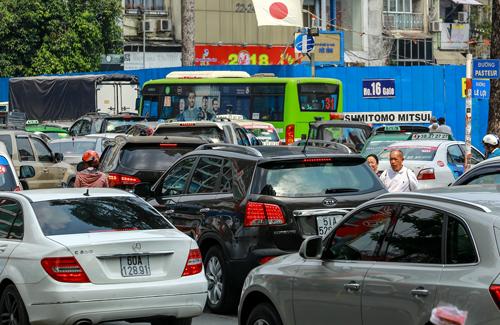 Dòng xe ùn ứ kéo dài trên đường Pasteur trưa 7/2. Ảnh: Thành Nguyễn