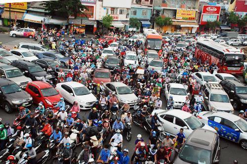 Cửa ngõ Tân Sơn Nhất thời điểm cuối năm luôn chật kín xe giao thông. Ảnh: Hữu Nguyên