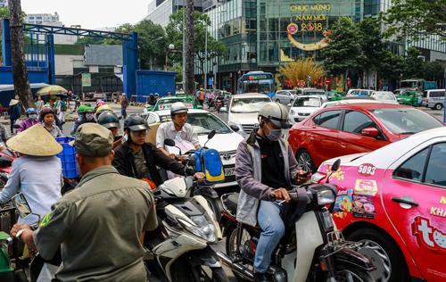 Xe xếp hàng nhích từng chút tại ở khu vực trung tâm TP HCM trưa 22 tháng Chạp. Ảnh: Thành Nguyễn