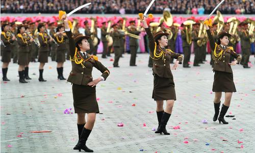 Nữ binh sĩ Triều Tiên múa kiếm trong cuộc duyệt binh trước thềm Olympic