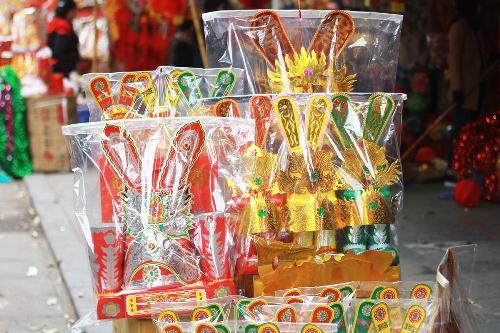 Mũ ông Công ông Táo được bày bán tại phố Hàng Mã. Ảnh: Nguyễn Nga.