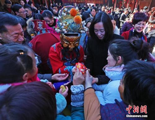 Người dân thôn Ninh Hải, Chiết Giang, cúng kẹo Táo quân trong lễ tiểu niên. Ảnh: China News.