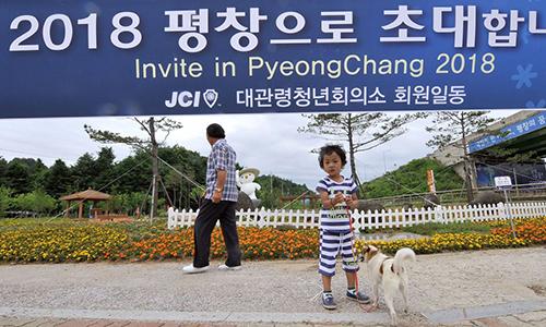 Một bé trai dẫn chó đi dạo ởPyeongchang, nơi diễn ra Thế vận hội Mùa đông từ