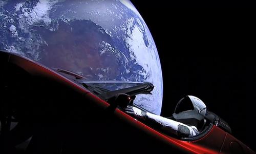 Xe điệnTesla Roadster có thể nhanh chóng hư hại do các tác động ngoài vũ trụ. Ảnh:South China Morning Post.