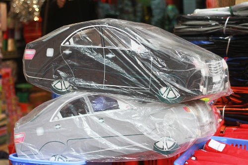 Xe ôtô vàng mã cũng được nhiều người dân chọn trong ngày hóa vàng ông Táo. Ảnh: Nguyễn Nga.