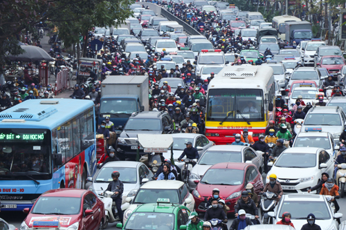 Ùn tắc kéo dài lúc 14h30 ngày 7/2 trên đường Xã Đàn. Ảnh: Võ Hải.
