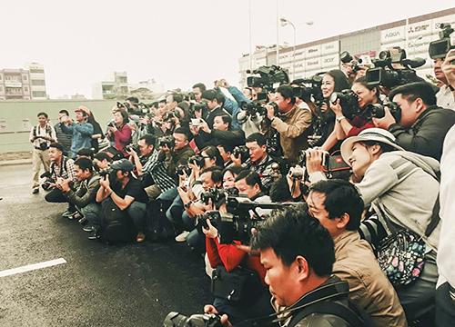 Các phóng viên tại Đà Nẵng trong lần tác nghiệp thông xe hầm chui Nguyễn Tri Phương - Điện Biên Phủ. Ảnh: Nguyễn Đông.