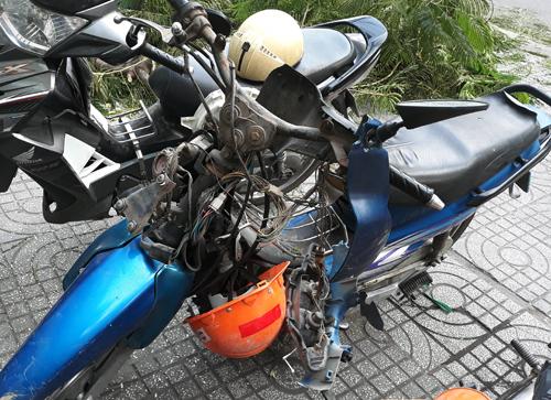 Xe máy bị đè hư hỏng phần đầu. Ảnh: Sơn Hòa