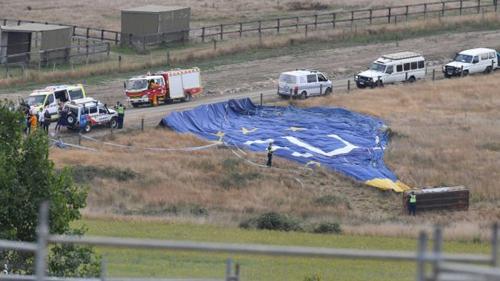 Giới chức có mặt tại hiện trường vụ rơi khinh khí cầu. Ảnh: Age.