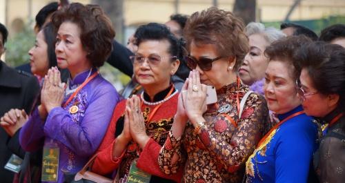 Kiều bào tham dự lễ dâng hương tại Điện Kính Thiên. Ảnh: Trọng Giáp.