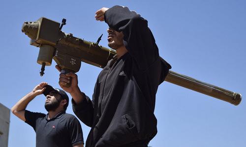 Tên lửa FN-6 do Trung Quốc sản xuất trong tay phiến quân Syria. Ảnh: AFP.