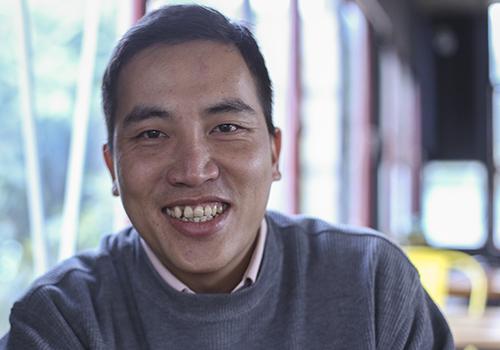 Anh Bùi Văn Tuấn với nụ cười thường trực. Ảnh: Nguyễn Đông.