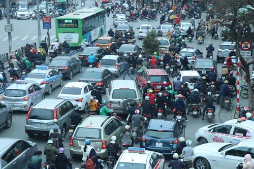 16h ngày 7/2, giao thông tại ngã tư Giảng Võ - Đê La Thành ùn ứ, xe máy nối đuôi nhau đi vào làn đường ưu tiên dành cho xe buýt nhanh (BRT). Ảnh: Võ Hải.