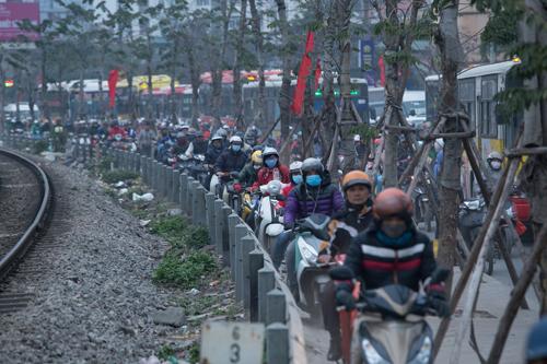 Tắc đường, xe máy leo lên vỉa hè đường Giải Phóng (đoạn bến xe Nước Ngầm). Ảnh: Mạnh Cường.
