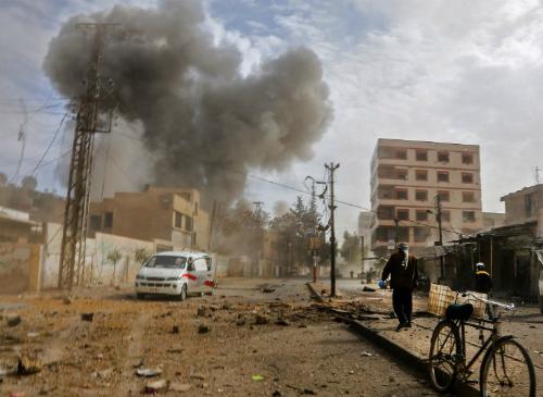 Khói bốc lên sau một cuộc không kích của quân chính phủ Syria vào phiến quân tạiJisreen, gầnDamascus. Ảnh: AFP.