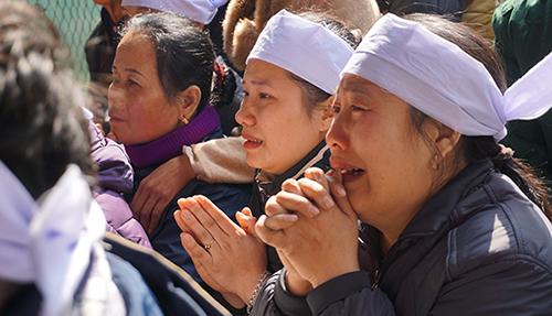 Người thân khóc nghẹn trong đám tang Hoàng Đức Hải. Ảnh:Lê Hoàng.