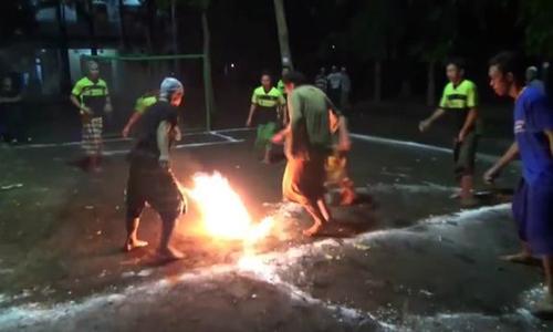 Trẻ em Indonesia đá bóng lửa