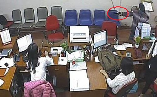 Hình ảnh kẻ cướp cầm súng lao vào ngân hàng bị camera ghi lại. Ảnh: Chụp màn hình.