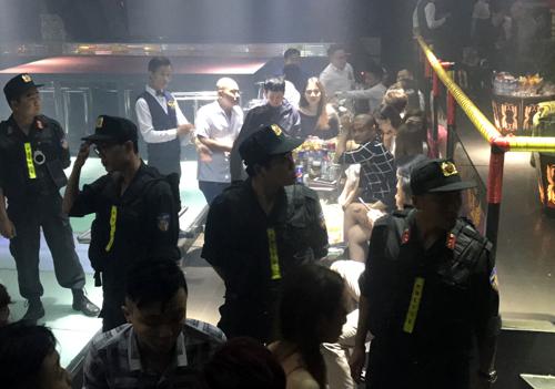 Cảnh sát phong tỏa hai quán bar, ngăn dân chơi Sài Gòn ném ma tuý - 1