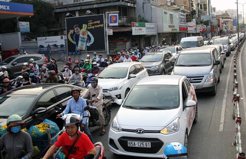 Dòng xe xếp hàng dài trên đường Hoàng Văn Thụ. Ảnh: Sơn Hòa